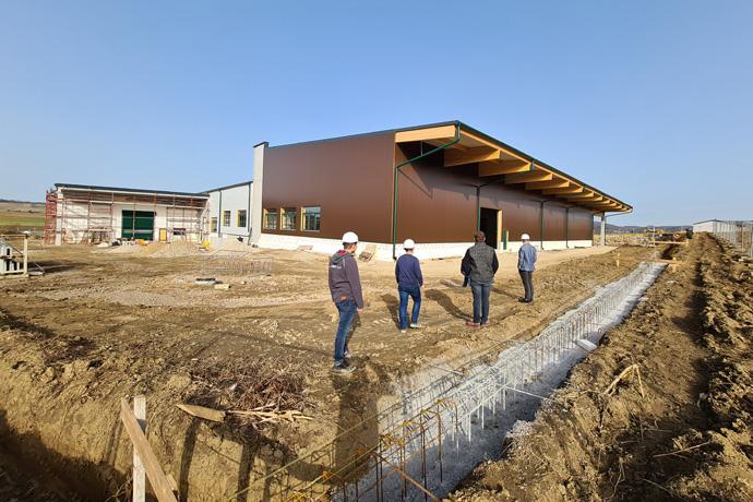 {c_bg_title}-AKRA / Bauprojekt 2020/21Wir investieren in Ihre Zukunft!Mit dem neuen Standort schaffen wir mehr Platz für Ihre Zukunft. Mit drei Lagerhallen zu 2 x 3000m² und 1 x 1500m², diversen Büro- und Verwaltungseinheiten, sowie einer massiven Erweiterung der Forschung, Entwicklung und Fermentation wollen wir noch schneller und besser Ihre Wünsche realisieren. Wir steigern damit die Produktionskapazität auf fünf Millionen Hektar.Über die Bauzeit von 14 Monaten investieren wir insgesamt 10,8 Millionen EURO, finanziert durch die Sparkasse St. Pölten und Land Niederösterreich, für die ZUKUNFT DER NEUEN LANDWIRTSCHAFT.Das Bauvorhaben wird mit aktuellen Bildern laufend dokumentiert: