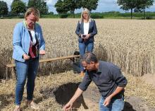 Wapnowanie, stymulowanie życia w glebie, szczepienie bakterii na nasiona-© 3N e.V. Hans Unterfrauner objaśnia system nawozowy Akra (od lewej): Minister Barbara Otte-Kinast, Hans Unterfrauner (Bodeninstitut Wiedeń), Ulrike Jungemann (Landkreis Rotenburg (Wümme))